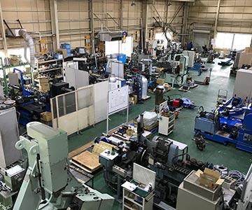 多種多様なスピニングマシンを備えた工場内